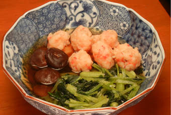 「咲子おばあちゃんの小松菜とエビ団子の煮物」