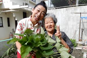 「トヨおばあちゃんのカンダバージューシー(芋の葉と茎の雑炊)」